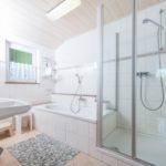 Gartenblick - Bad mit Wanne und Dusche