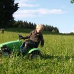 Der Minitraktor - die Jungs lieben ihn